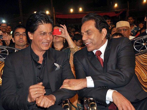 Shahrukh And Dharmendra Chatting Photo Clicked At Umang Police Show 2013
