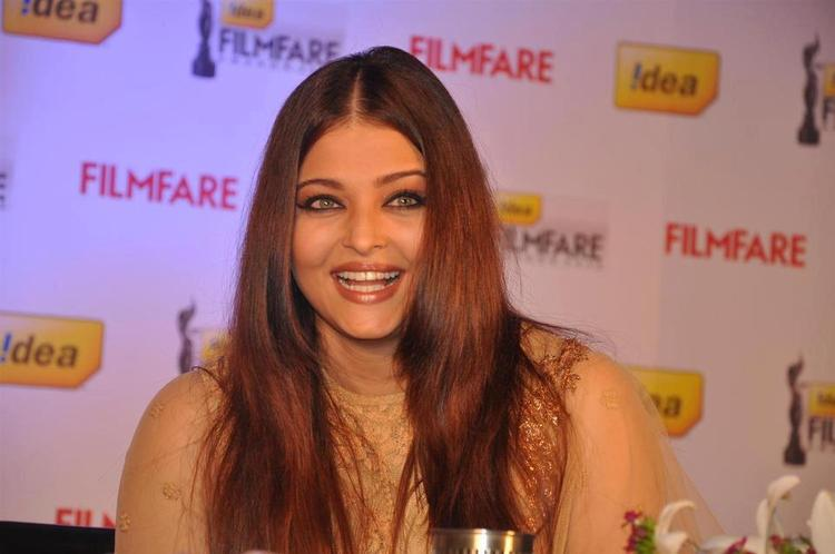 Aishwarya Cute Smiling Pose At The Press Conference Of 58th Idea Filmfare Awards