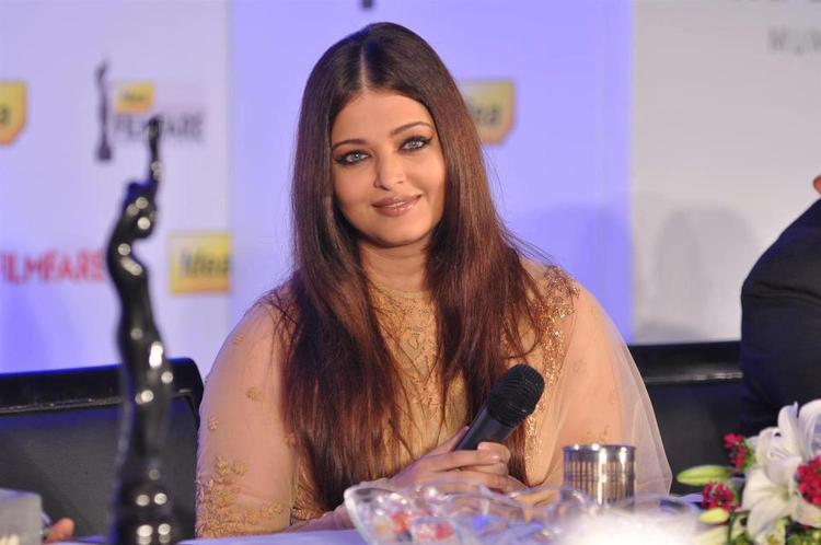 Aishwarya Flaunt Hair Style Nice Look At The Press Conference Of 58th Idea Filmfare Awards