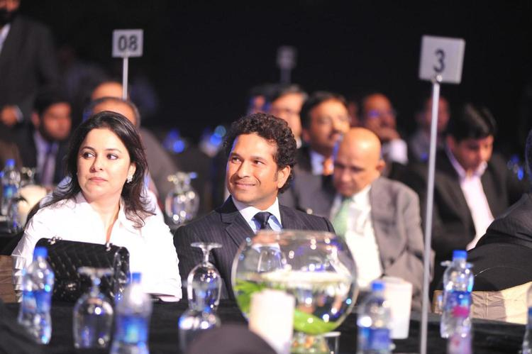 Sachin With Wife Anjali During The Bloomberg TV Autocar India Awards 2013