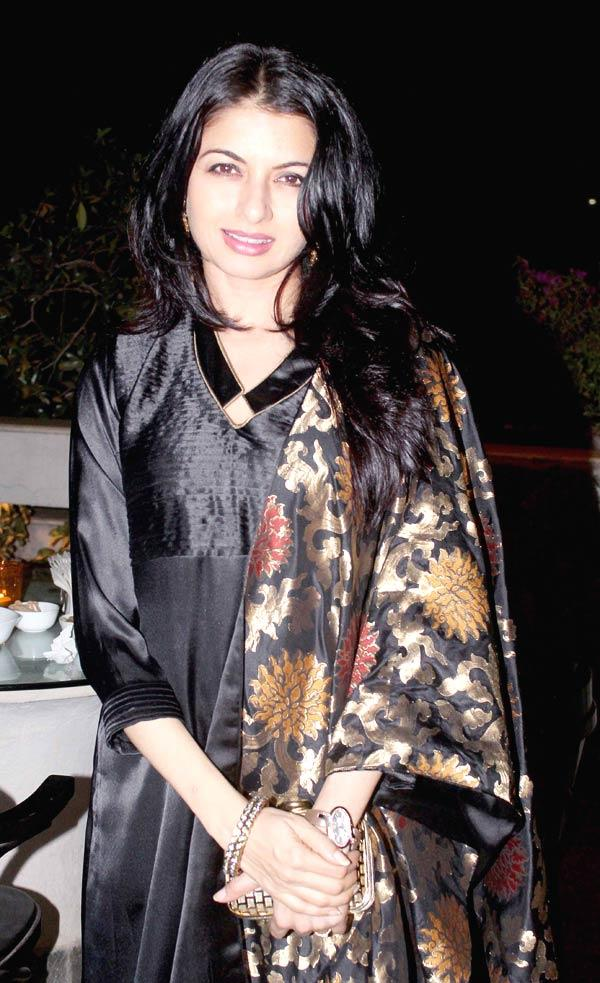 Bhagyashree Patwardhan Strikes A Pose At Ranjeet And Wife Nazneen Dinner Party
