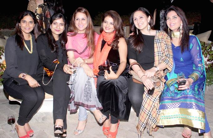 Juhi Babbar Posed With Other Guests At Ranjeet And Wife Nazneen Dinner Party