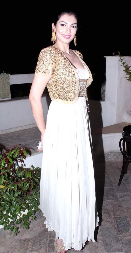 Yukta Mookhey Strikes A Glamour Pose At Ranjeet And Wife Nazneen Dinner Party