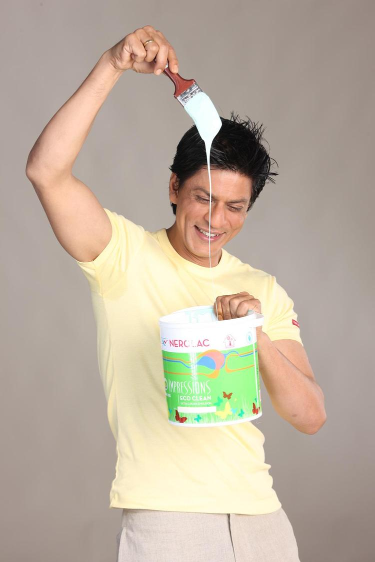 Shahrukh Khan Enjoying With Color Photo Shoot For Nerolac Paint Ad