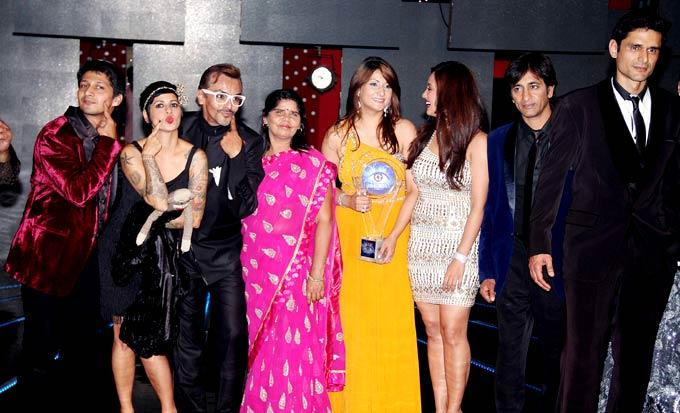 Kashif,Sapna,Imam,Sampat,Urvashi,Sana,Rajev And Niketan Posed For Camera At Bigg Boss 6 Grand Finale