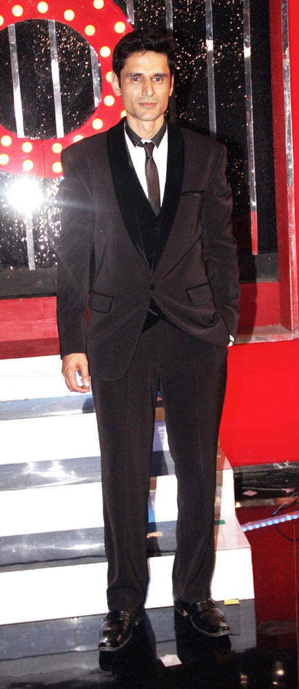 Niketan Looks Perfect In Suit At Bigg Boss 6 Grand Finale