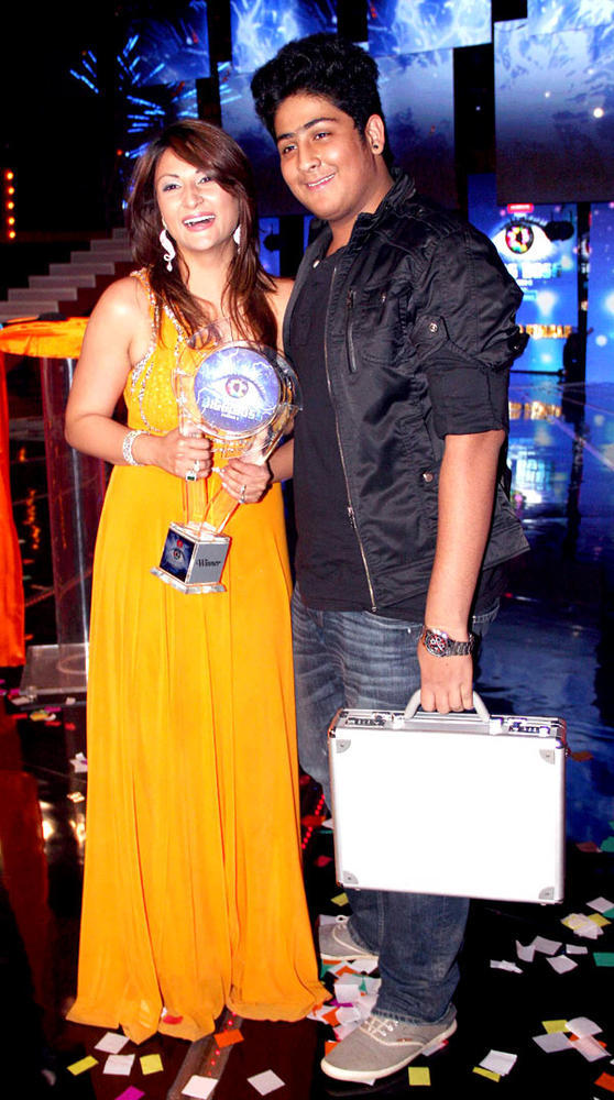 Urvashi Flash A Smile With Her Son At Bigg Boss 6 Grand Finale