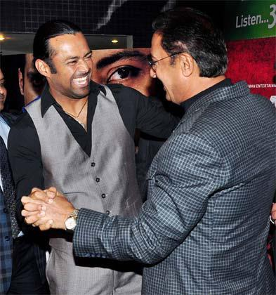 Leander And Gulshan Flash A Smile At The Premiere Of The Film Rajdhani Express