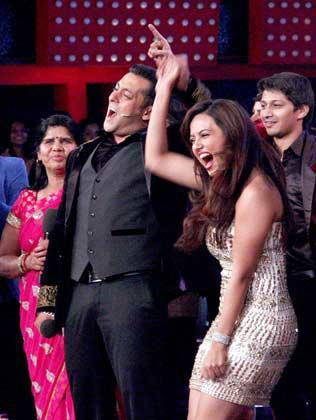 Salman Khan,Sana,Sampat And Kashif Smiling Photo Clicked At Bigg Boss 6 Grand Finale