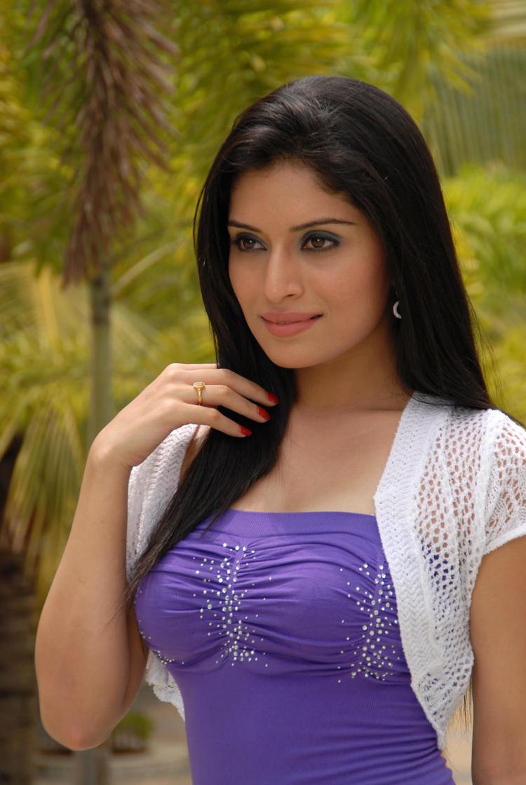 Kriti Kharbanda Glamorous Look Photo From Kannada Movie Galate