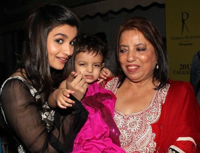 Alia Bhatt Posed With A Kid At Dabboo Ratnanis 2013 Calendar Launch