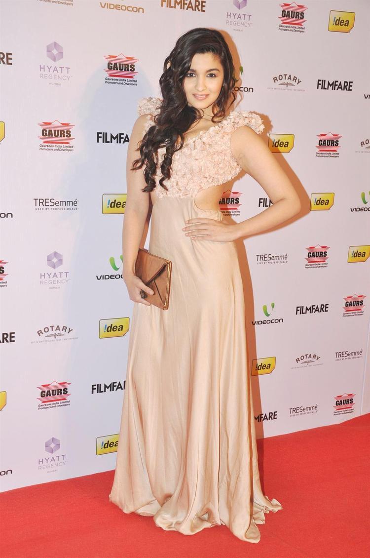 Alia Bhatt Sizzling Pose In Sonaakshi Raaj Dress At The 58th Filmfare Nomination Party