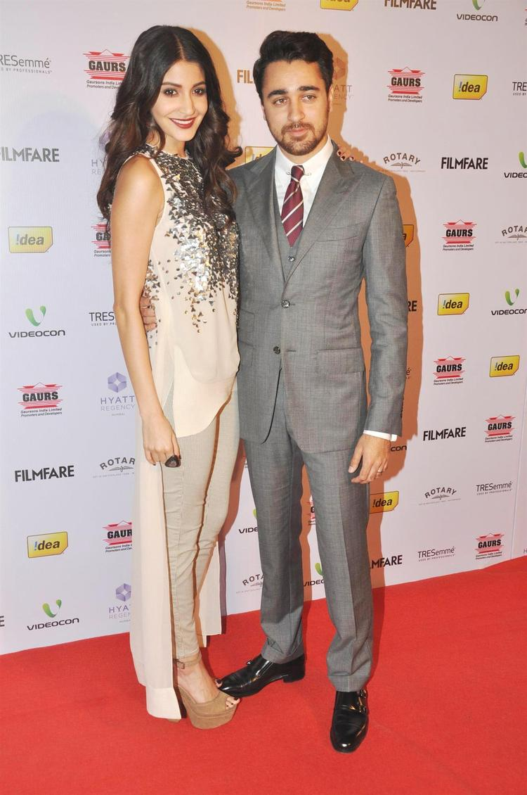 Anushka And Imran Posed For Camera On Red Carpet At The 58th Filmfare Nomination Party
