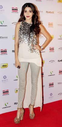 Anushka Looked Sexy On Red Carpet At The 58th Filmfare Nomination Party