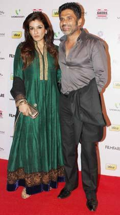 Suniel With Raveena Pose For Camera At The 58th Filmfare Nomination Party