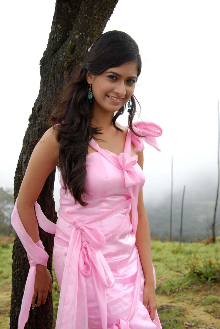 Mrudula Radiant And Beautiful Look In A Pink Dress In Pade Pade Kannada Movie