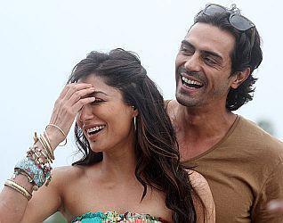 Chitrangada And Arjun Spicy Pose Photo From Movie Inkaar