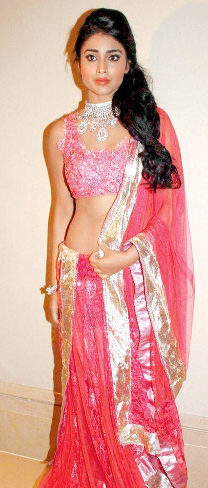 Shriya Saran Glamour Pose At Beti Fashion Show