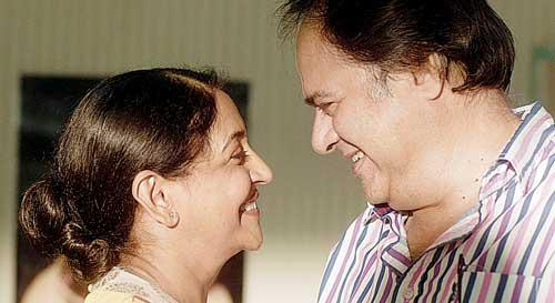 Farooque Shaikh And Deepti Naval Smiling Still