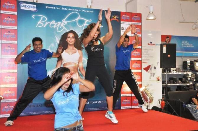 Bipasha Basu Shaked Her Legs At The Launch Of Fitness DVD Break Free