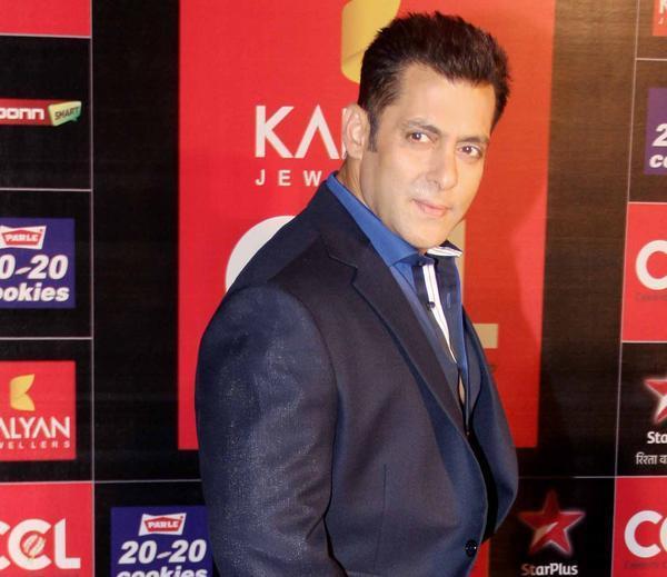Salman Khan Stunning Face Look At CCL Glam Night 2013