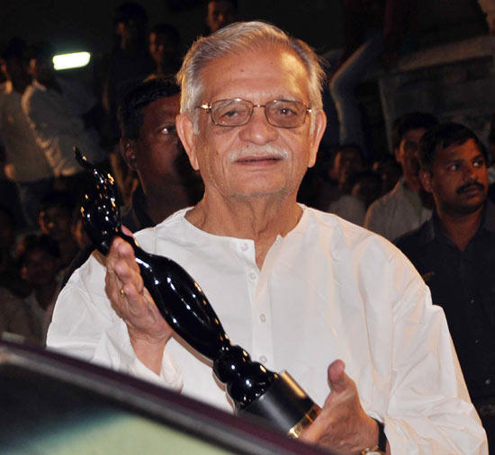 Gulzar With His Award Snapped At Filmfare Awards 2013