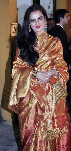 Rekha Smiling Pose For Photo At Filmfare Awards 2013