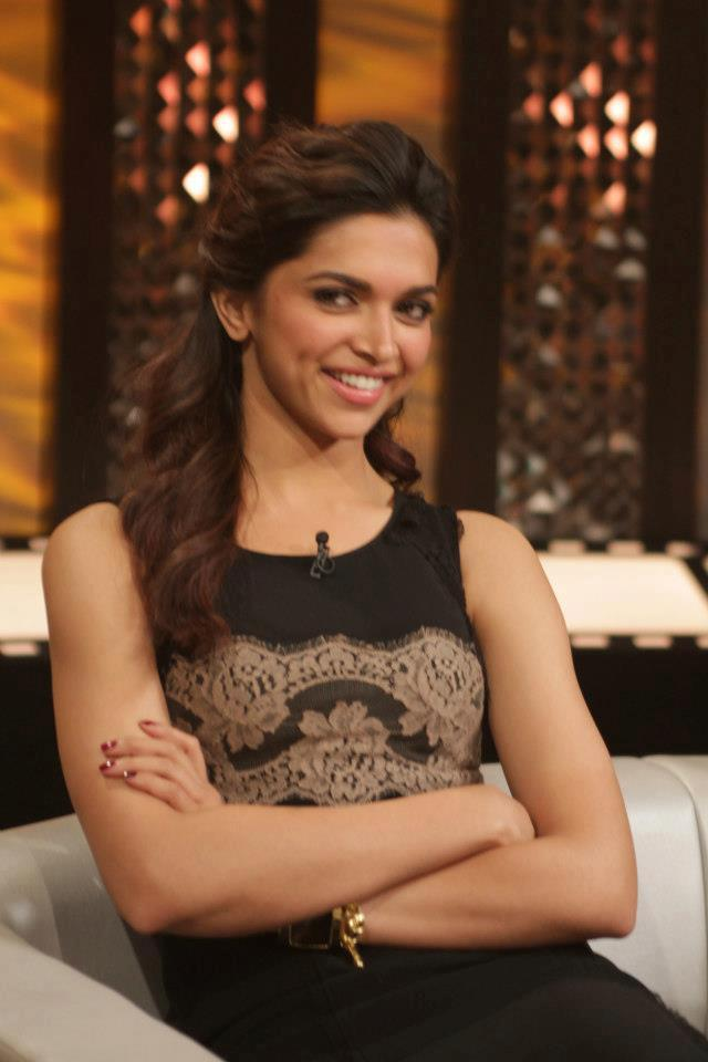 Deepika Padukone Smiling Still On The Front Row Event