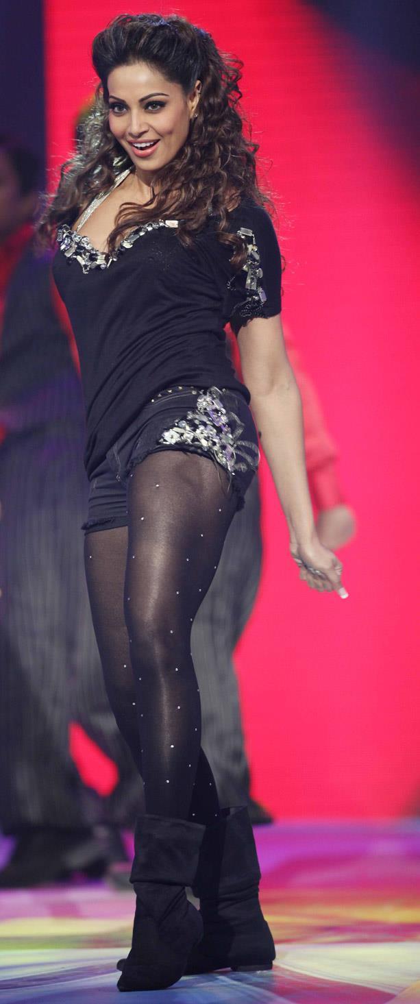 Bipasha Basu Bold Dancing Pose At CCL 3 Glam Night Party