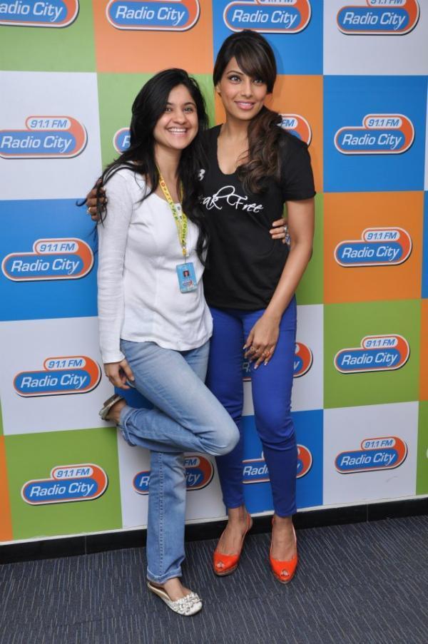 Bipasha Basu Posed For Camera At Radio City Mumbai