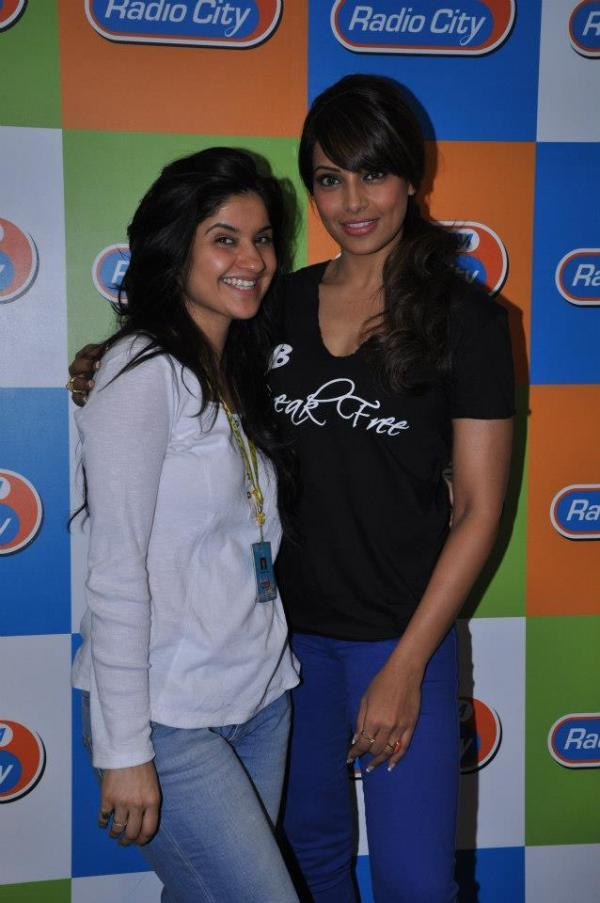 Bipasha Basu Posing With A Member At Radio City Mumbai