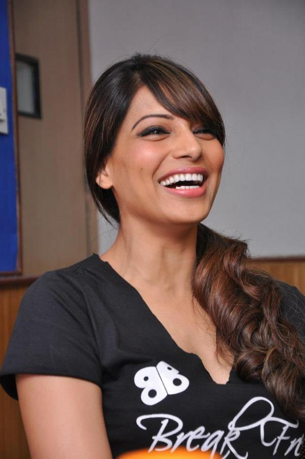 Bipasha Basu Smiling Look At Radio City 91.1