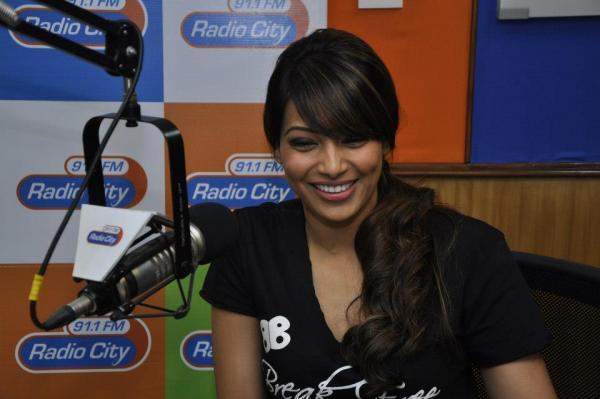 Bipasha Basu Smiling Still At Radio City Mumbai
