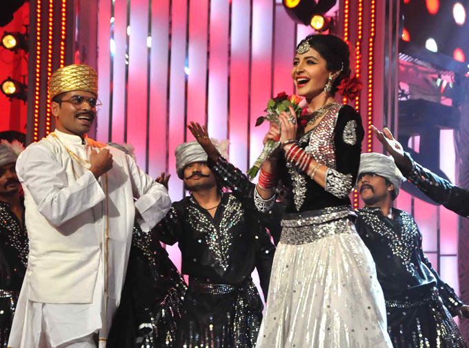 Anushka Smiling Photo Clicked During Perform A Dance At The Filmfare Awards 2013