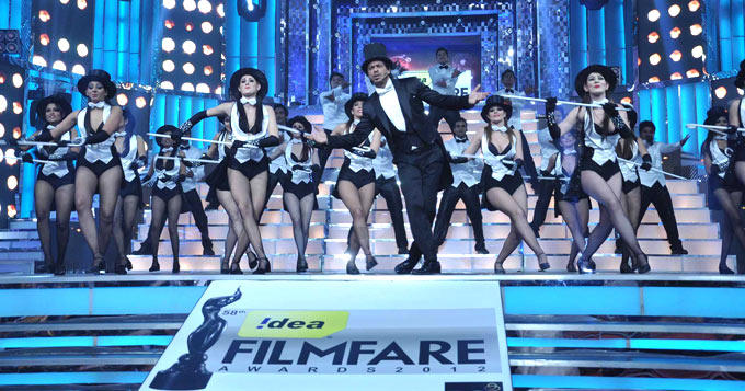 Host Shahrukh Khan Performs At The Filmfare Awards 2013