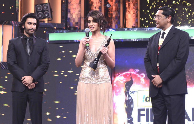 Ileana And Ranveer Snapped On Stage At The Filmfare Awards 2013