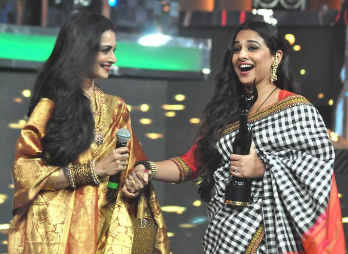 Vidya Hold Best Actress Trophy With Rekha At The Filmfare Awards 2013