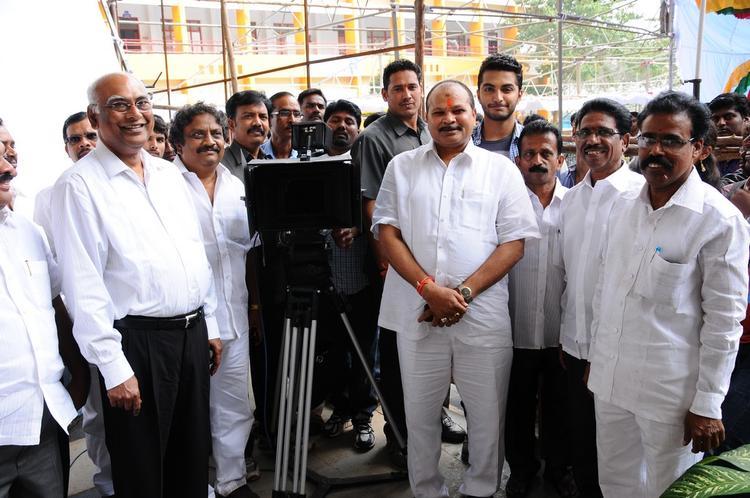 Vijayendra With The Team Pose For Camera Telugu Movie Mandodari Location