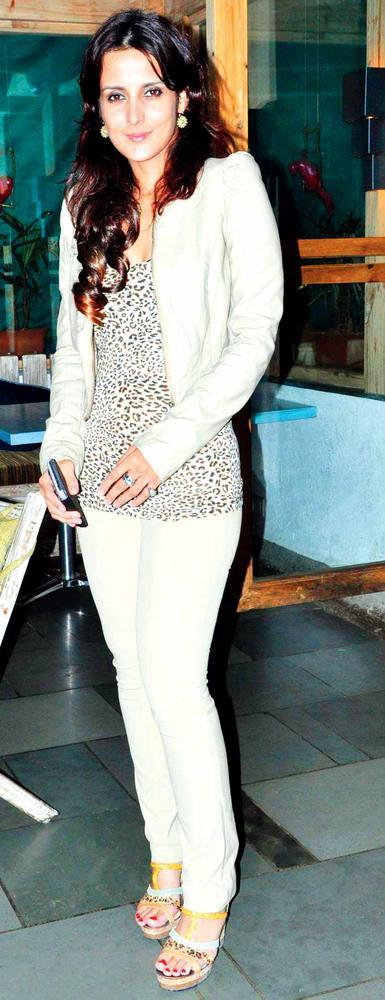 Tulip Joshi Shows Off Her Slim Figure To The Camera At Vinod Nair Hosts Bash For Greogry David Roberts