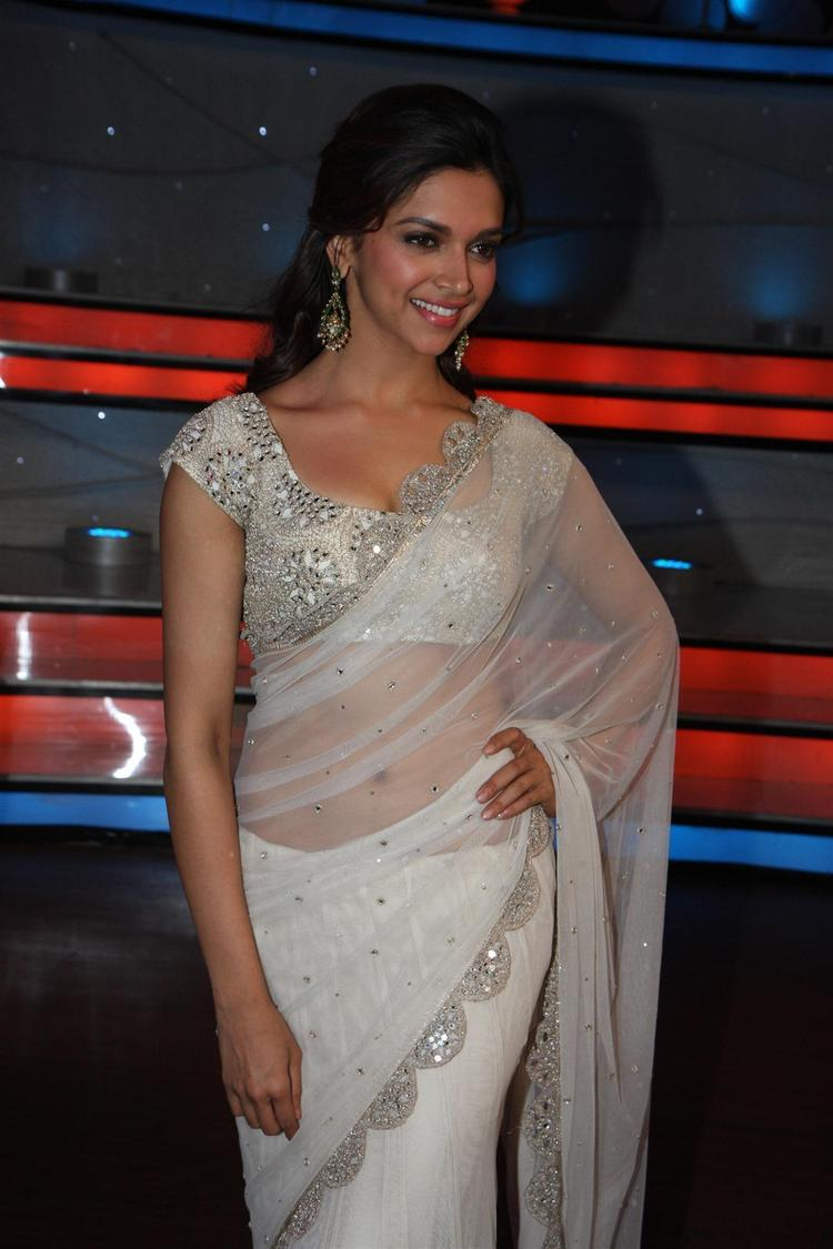 Deepika Padukone Flashes A Smile On The Sets Of Nach Baliye 5
