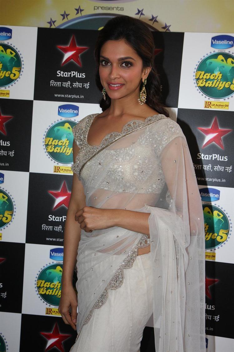 Deepika Padukone Glamour Look On The Sets Of Nach Baliye 5