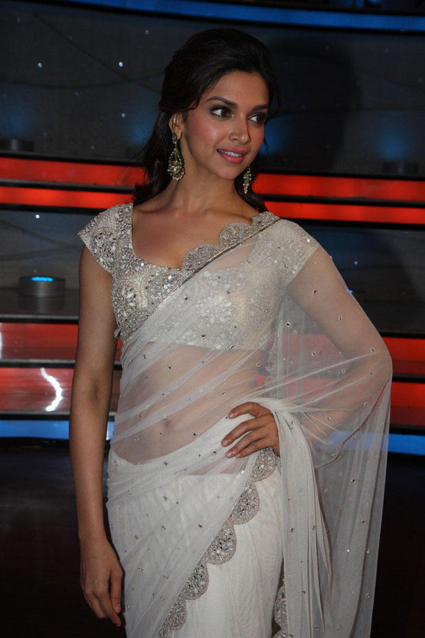 Deepika Padukone Posed For Camera On The Sets Of Nach Baliye 5 For Promoting Race 2