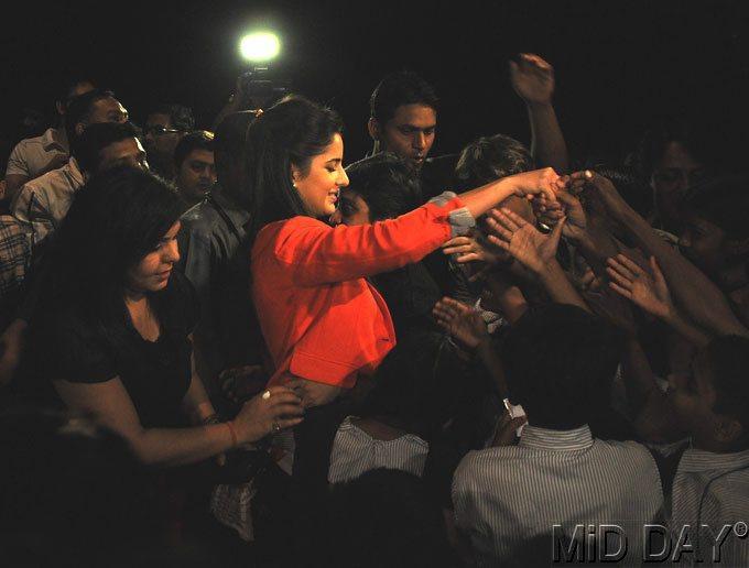 Katrina Shake Hand With Ngo Kids During A Screening Of Main Krishna Hun