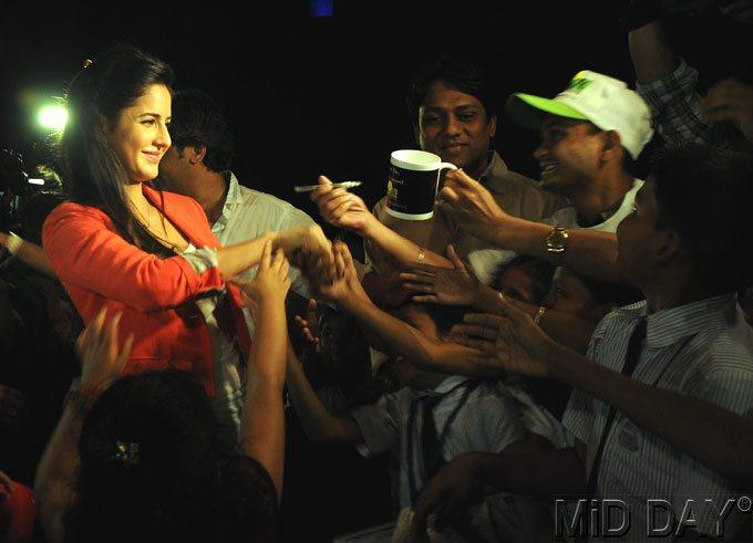 Katrina Shake Hand With NGO Kids At A Screening Of Main Krishna Hun