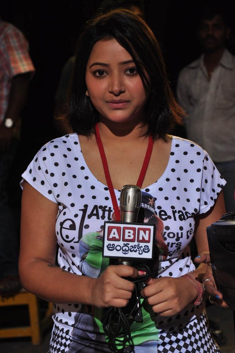 Shwetha Playing As A Reporter In Movie Mahha Raja Sri Gaaligadu