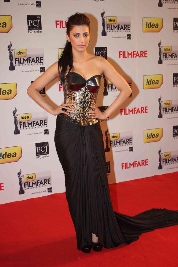 Shruthi Bared Ample Cleavage In A Strapless Black Gown At 58th Filmfare Awards 2013