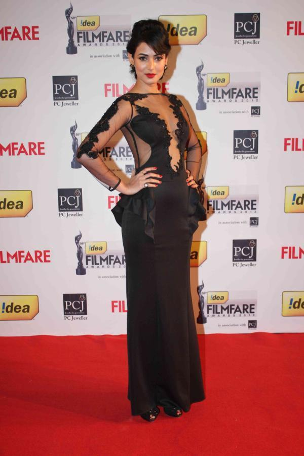 Sonali Looked Ravishing In A Black Gown By Annu And Amrit At 58th Filmfare Awards 2013