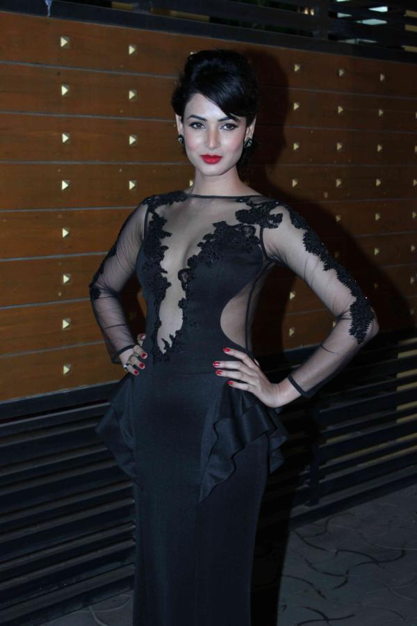Sonali Spotted In A Black Dress At 58th Filmfare Awards 2013