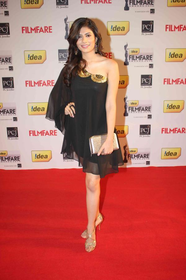 Vanya Looked Sexy In A Black Ensable At 58th Filmfare Awards 2013