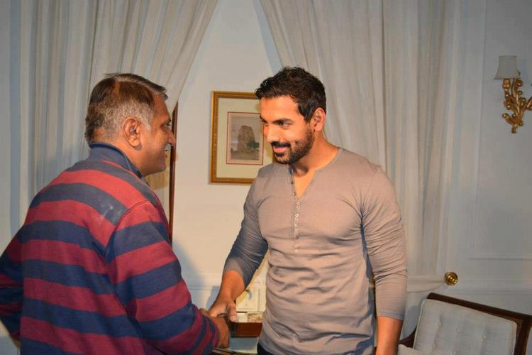 John Abraham Shakes Hand With A Fan